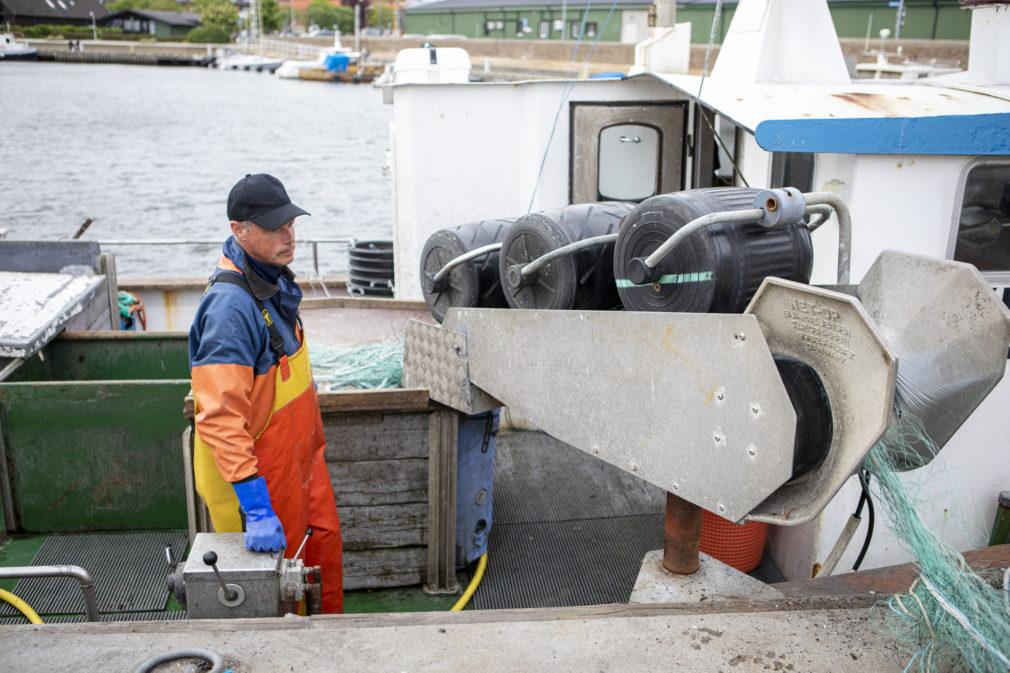 Fiskare ombord på sin båt
