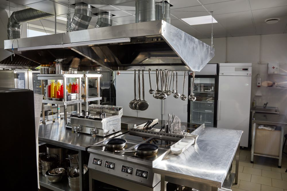 storkök i rostfritt stål, spisen i centrum
